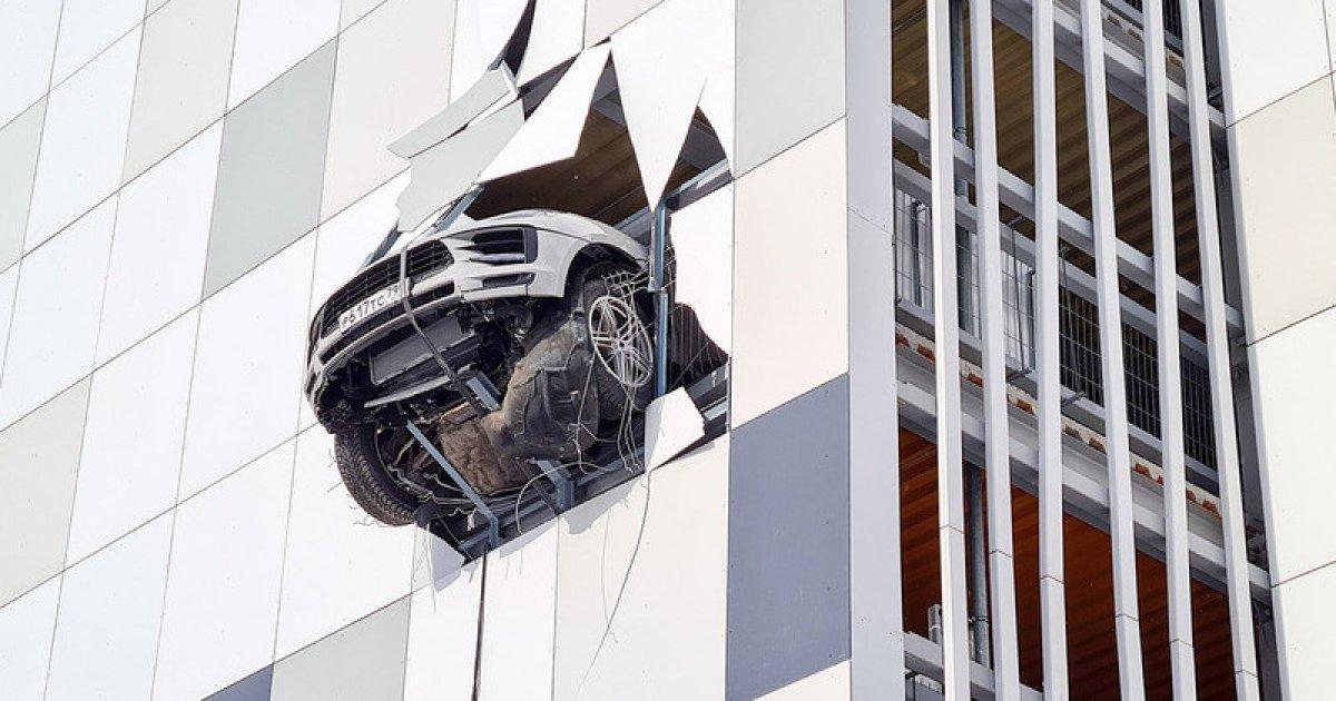 Само в Русия: Porsche опита да излети от третия етаж - AУТОМЕДИЯ