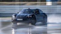 """Porsche Taycan влезе в """"Гинес"""" с най-дългия дрифт на електромобил"""