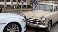 """Сблъсък на две епохи - """"Москвич"""" се вряза в Jaguar XJ"""
