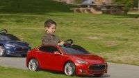 """Децата в """"Дисниленд"""" преминават на колички на Tesla"""