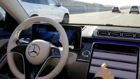 Mercedes-Benz е готов с автопилот, но няма да го предлага