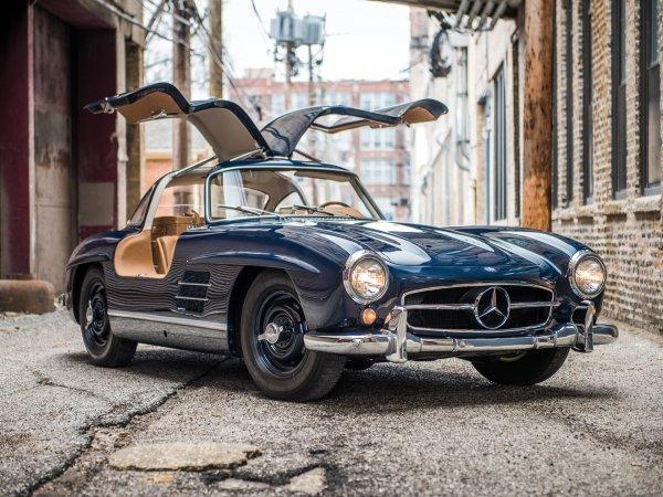 През 50-те Mercedes със своя 300SL превърна отварящите се нагоре врати в символ на суперлукса и високия стил. Оттогава най-различни производители - от DeLorean до Tesla - са се опитвали да ги наложат, но неизменно удрят на камък.  Основните проблеми са четири: тези врати влошават безопасността при преобръщане, изместват центъра на тежестта на автомобила нагоре, трудни са за използване в тесни пространства като подземни паркинги, и накрая са доста скъпи и ненадеждни.