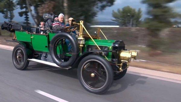 Днес може да ви звучи невероятно, но в началото на ХХ век парата бе също толкова популярно задвижване за автомобилите, колкото и двигателят с вътрешно горене. Парните машини имаха съществени недостатъци - най-вече огромно тегло и ниска скорост, но имаха и предимства. Не се знае как щеше да се развие това състезание, ако точно тогава не бяха открити рекордни нови залежи на петрол, което свали драстично цената му и даде предимството на ДВГ.  Днес парните автомобили са колекционерска рядкост, притежание на ентусиасти като Джей Лено (на снимката).