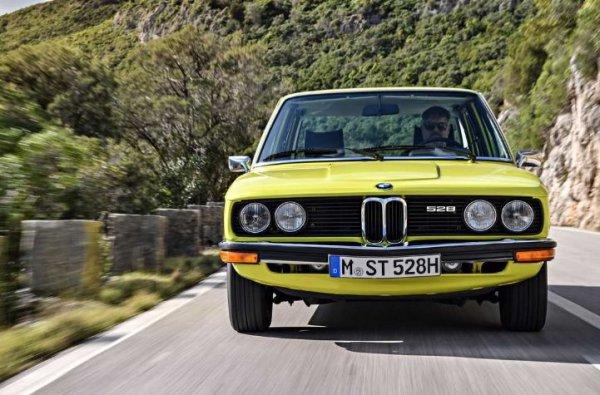 """Нам ни се чини дека оптиката со 4 очи отсекогаш била белег на минхенските автомобили, но таа за прв пат се појави во производните модели на BMW само кон крајот на 1960-тите.  Сепак, наскоро, овие фарови почнаа да се поставуваат на целиот асортиман на баварскиот производител - од 3-серии до 7-серии.  Во 1990-тите, """"тројката"""" (Е36) ги криеше четирите кружни фарови под заедничко стакло, проследено со """"седмицата"""" (Е38) и """"петте"""" (Е39).  Сепак, дури и во оваа форма, Баварците ги потенцираат семејните црти со интегрирање на новата LED техника наречена """"ангелски очи""""."""