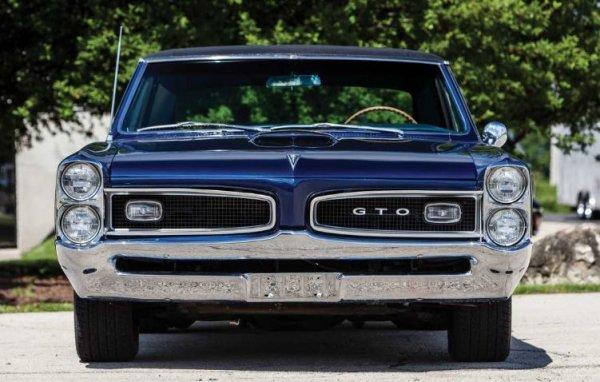 Американскиот ГТО се појави многу пред Јапонците, а овој Понтијак се смета за еден од првите мускулни автомобили во Америка.  Излезе во 60-тите години, а од самиот почеток двојните кружни фарови се карактеристична карактеристика на моделот.  Тие стануваат вертикални само една година по дебито на автомобилот.  Патем, името на најбрзиот Понтијак го предложил озлогласениот Johnон ДеЛоријан, кој во тоа време работел во Generalенерал моторс.  Кратенката GTO претходно беше користена од Ferrari 250 GTO, а во италијанскиот автомобил е поврзана со хомологацијата на автомобилот за да може да учествува во трка (името е назив на Gran Turismo Omologato).  Сепак, името на американското купе - Grand Tempest Option, нема никаква врска со мотоспортот.