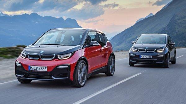 Още един автомобил с пластмасова каросерията, който все още може да се купи като нов, е електрическото BMW i3. Малкият градски модел се произвежда още от 2013 година, като в основата му е модулно шаси с окачване McPharson отпред и многозвенно отзад, монтирани на алуминиева рама.  Силовата структура на каросерията се състои от съединени помежду си елементи от въглеродни нишки. Външните панели на електромобила са направени от обикновена пластмаса, която е обработена и формирана чрез шприцоване. Точно като при броните на много автомобили.