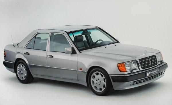 Пословиот срамежлив Аткинсон не сака да привлече внимание со Мекларен или Астон.  Затоа во секојдневниот живот тој користи поскромни, но не и побавни автомобили.  Таков е неговиот 500E - еден вид обичен седан, под хаубата на кој, сепак, има пет-литарски V8.  Со тоа, овој W124 прави 0 до 100 км на час за само пет и пол секунди.  Аткинсон го продаде својот мерцедес во 1994 година, но толку многу му се допадна што потоа го бараше и во 2017 година го купи назад.